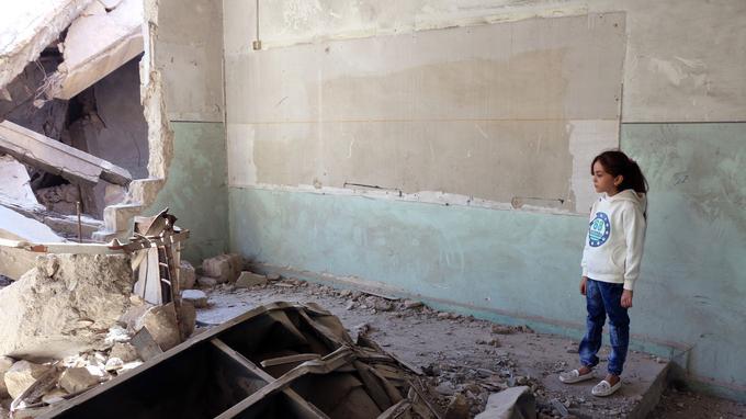 La jeune Bana regarde des ruines dans son quartier, à Alep, en octobre 2016. Elle partageait des photos de cet environnement sur son compte @AlabedBana.