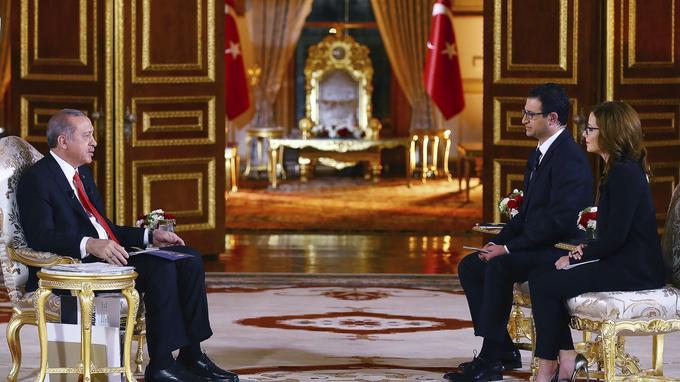 Le président turc Erdogan annonçant des sanctions contre les Pays-Bas, hier, lors d'une interview télévisée.