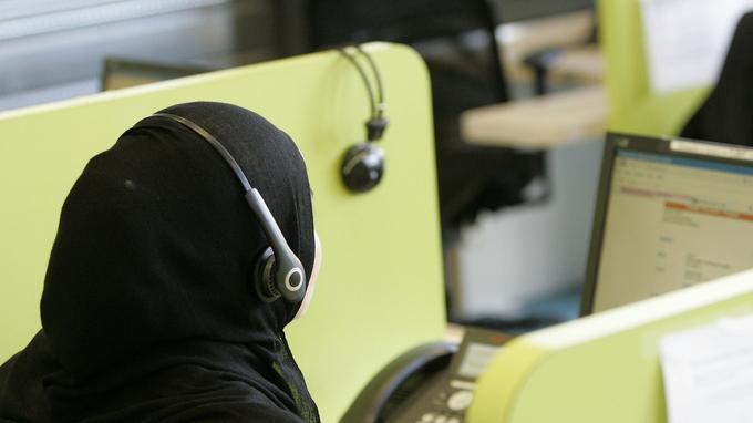 Une femme porte le voile dans un centre d'appel à Saint-Avold (Moselle).