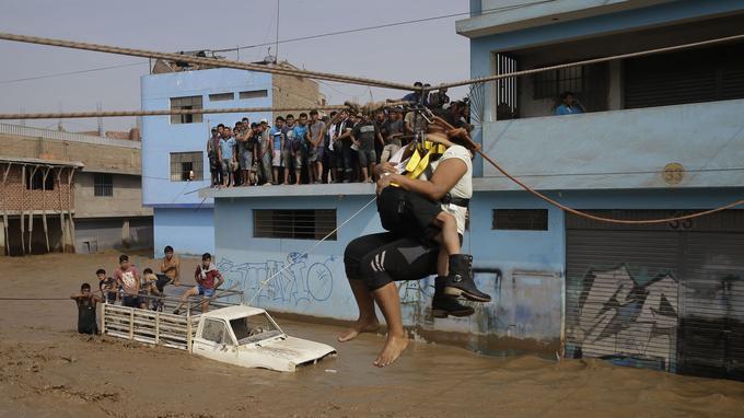 Les résidents d'Huachipa, à l'est de Lima, sont aidés par la police et les pompiers pour être évacués (ici, le 17 mars).
