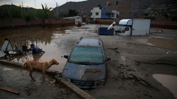 Une rue dévastée par les inondations, à Huachipa (Lima), le 18 mars.