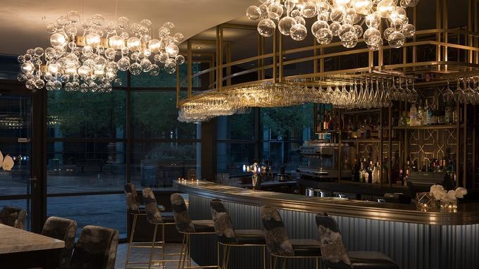 Le bar de l'hôtel s'anime à la sortie des bureaux. © Renaissance Paris la Défense