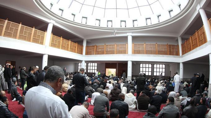 Des fidèles à l'intérieur de la mosquée de Fréjus lors de son ouverture sur arrêté préfectoral, le 21 janvier.