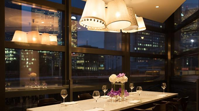 Depuis le restaurant, le visage moderne de Paris. © Renaissance Paris la Défense