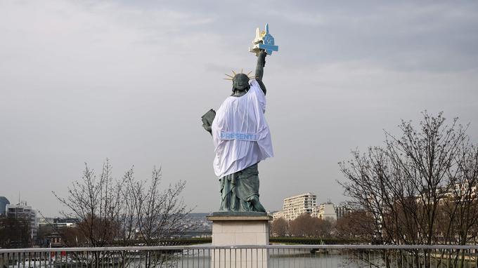 La statue de la liberté située sur l'Île aux cygnes à Paris, a troqué ce jeudi sa traditionnelle flamme pour un index levé, symbole de «l'appel des solidarités».
