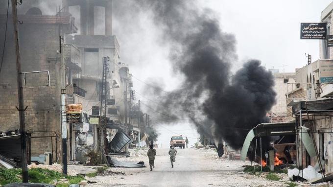 La ville syrienne de Tayyibat al-Imam touchée par un raid aérien hier.