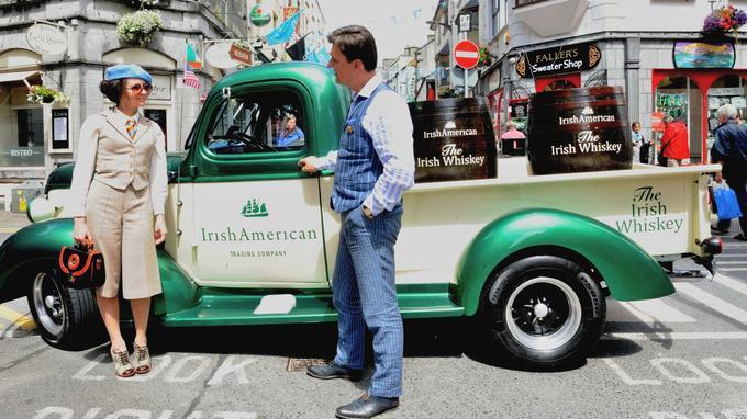 Dans les ruelles de Galway, on succombe aux joies du vintage pour vendre du whiskey.