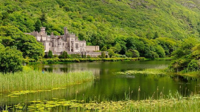 L'abbaye bénédictine de Kylemore, dans le comté de Galway, au bord du lac Pollacappull. Initialement, c'était un château dont la construction fut imaginée par un riche Anglais en 1867.