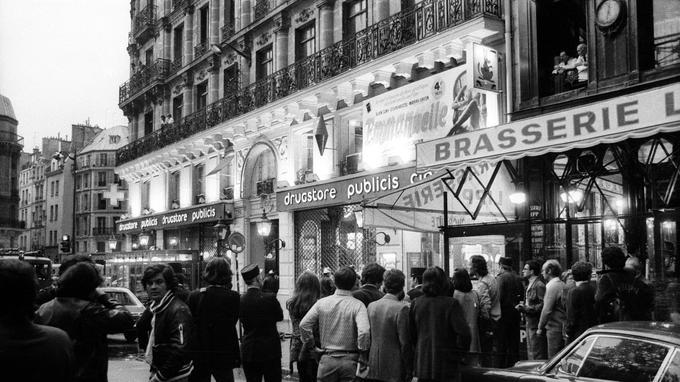 Le 15 septembre 1974, devant les lieux du drame.