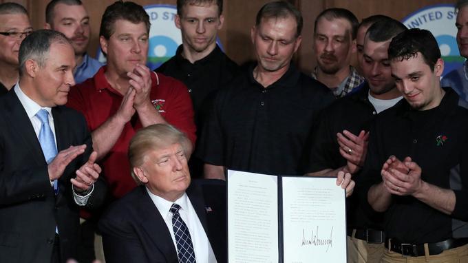 Donald Trump lors de la signature hier d'un décret abrogeant des mesures de lutte contre le changement climatique.
