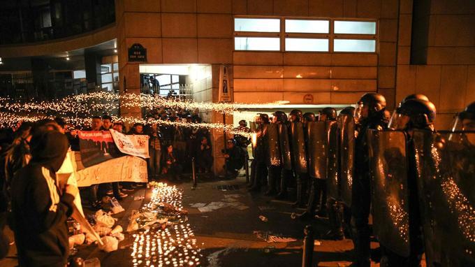 Les manifestants devant le commissariat du 19e arrondissement de Paris, hier.