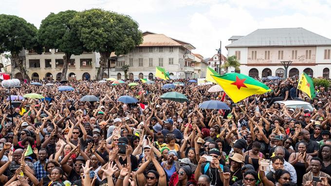 Des manifestants dans les rues de Cayenne, hier.
