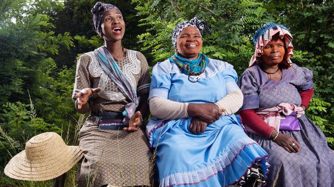 Visages féminins rougis par l'ibomvu, une protection solaire traditionnelle à base d'argile.