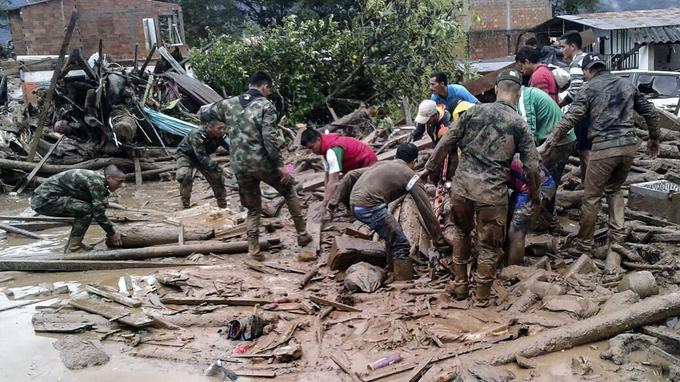 Des soldats viennent en aide aux secours.