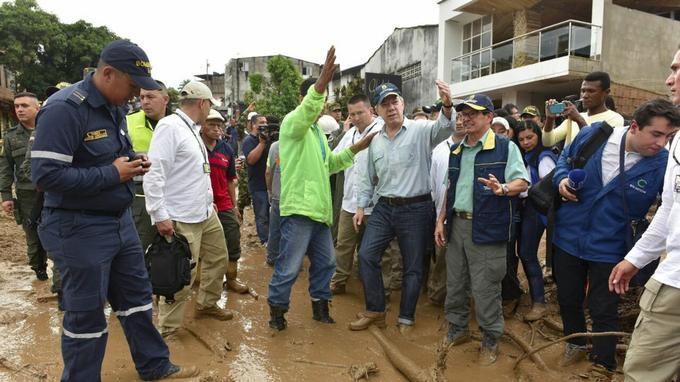 Le président colombien, Juan Manuel Santos (en chemise et portant une casquette bleue).