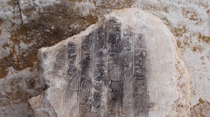 Les archéologues ont notamment retrouvé un petit bloc en albâtre noirci.