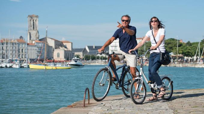 La Rochelle se prête très bien aux balades à vélo. © Kamel Lahmadi