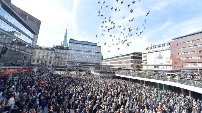 Des manifestants contre le terrorisme, hier dans le centre de Stockholm.