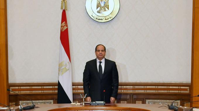 Le président égyptien Abdel Fattah al-Sissi observant une minute de silence hier en hommage aux victimes des deux attentats contre des églises coptes.