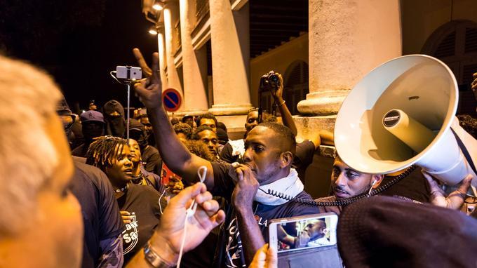 Des membres du collectif des «500 frères» lors d'un rassemblement devant la préfecture de Cayenne vendredi.