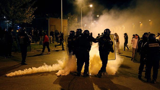 Les gendarmes mobiles sont intervenus peu après 22 heures pour repousser les manifestants.