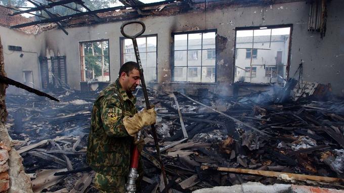 Le gymnase de l'école a été détruit par les flammes.