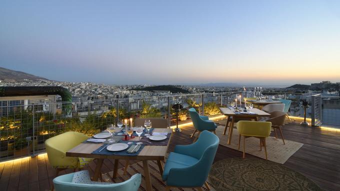 À la tombée de la nuit, la terrasse du Coco-Mat offre une vue exceptionnelle sur la ville qui scintille sous l'intensité des lumières.