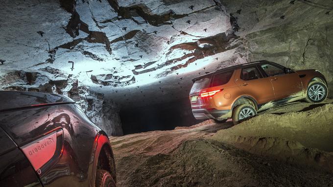 Passer à l'action sur un terrain accidenté est le plus grand plaisir du Land Rover Discovery. Eau, sable, boue, dévers, gués, pentes abruptes, rien ne l'arrête. Des aides électromécaniques perfectionnées permettent à tous les conducteurs de s'affranchir sans difficultés de ces obstacles.