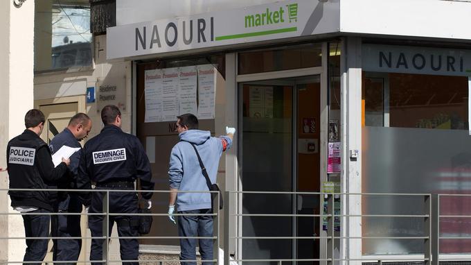 La police investit l'épicerie cacher de Sarcelles, après l'attaque à la grenade, en septembre2012.