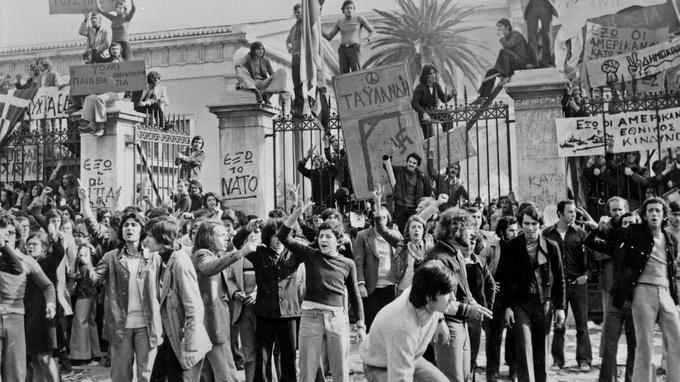 Les étudiants de Polytechnique manifestent contre la dictature des colonels en novembre 1973.