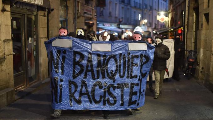 «Tous les principaux candidats, Macron, Fillon, Le Pen, ne sont là que pour perpétuer le règne de l'oligarchie qui confisque le pouvoir et vole les richesses au peuple», explique l'un des manifestants à l'AFP.