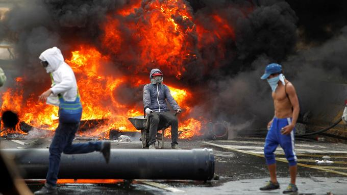 Barricades érigées lundi à Caracas.