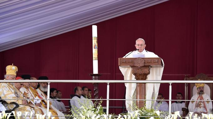 Le pape François donnait une messe en plein air ce samedi matin, dans un stade très protégé du Caire, devant des milliers de fidèles.