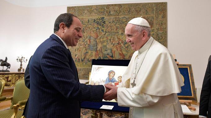 Le président égyptien Abdel Fattah al-Sisi, serrant la main au pape François, au Caire, le 28 avril.