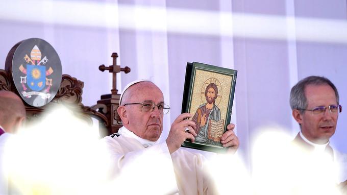 Le pape François a célébré une messe devant des milliers de personnes au Caire, en plein air, le 29 avril.