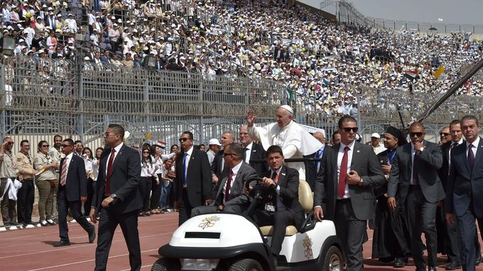 La cérémonie en plein air, dans un stade pouvant accueillir plus de 30.000 personnes, était placée sous haute sécurité.