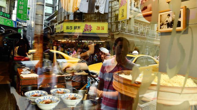 Taipei cache sous son manteau gris mille et une petites perles comme ici : Yongkang Street, où les badauds avalent des glaces à la mangue parmi les taxis jaunes.