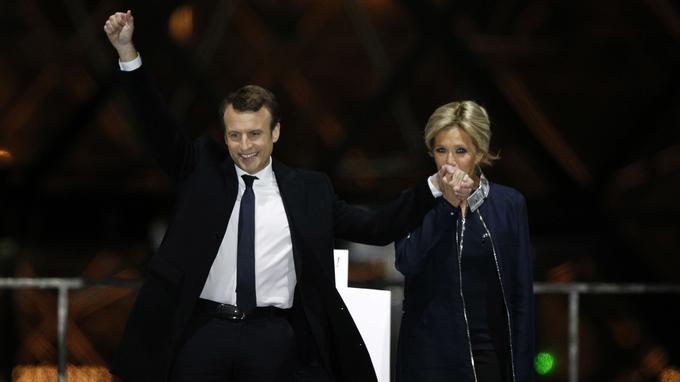 Emmanuel et Brigitte Macron dans la cour du Louvre dimanche soir.