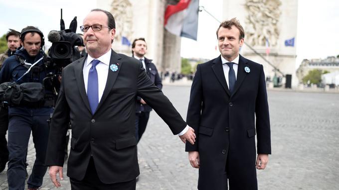François Hollande et Emmanuel Macron, lundi, à l'Arc de Triomphe.