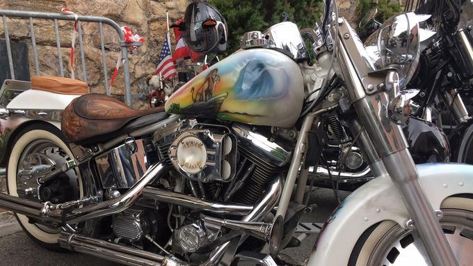 Une moto «customisée» aux couleurs du Roi Lion.
