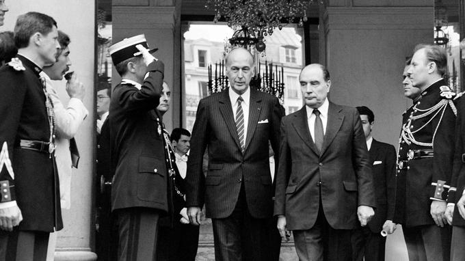 Valéry Giscard d'Estaing et François Mitterrand lors de la passation de pouvoir en 1981.