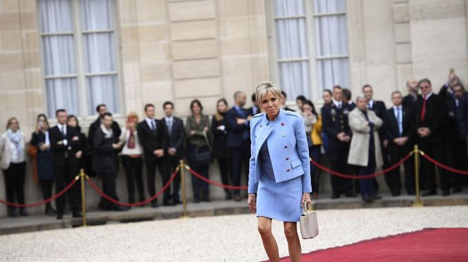 La nouvelle première dame, Brigitte Macron, vêtue d'une robe bleue lavande, a été accueillie quelques minutes avant l'arrivée de son époux sur le perron de l'Elysée. Elle vivra à l'Elysée avec Emmanuel Macron.