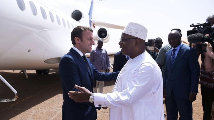 Emanneul Macron salue son homologue Ibrahim Boubacar Keïta à son arrivée à Gao.