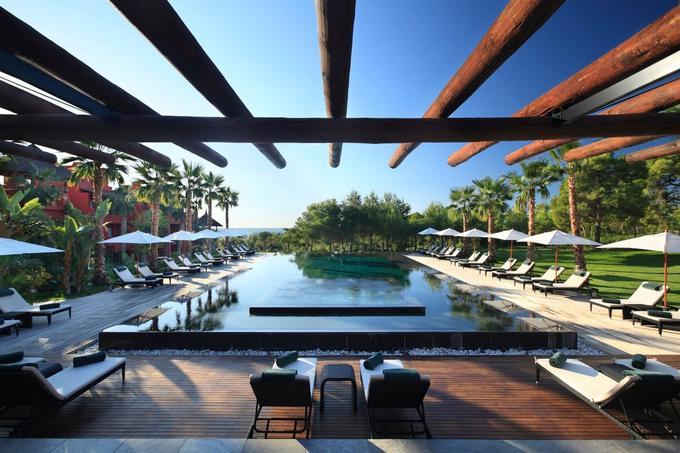 Une des sept piscines de l'hôtel. © W. Chasan.