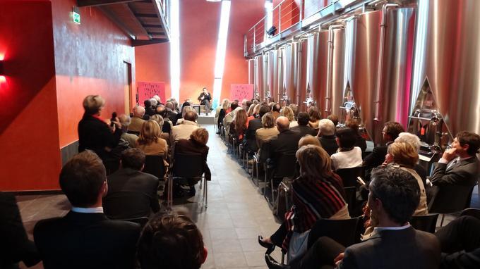 Le philosophe Raphaël Enthoven réalise sa conférence devant un alignement de cuves de vinification.