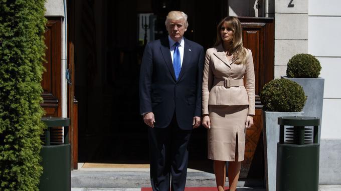 Melania Trump était présente avec son mari sur le perron de l'ambassade des Etats-Unis à Bruxelles pour recevoir le nouveau président français, dont l'épouse Brigitte n'était pas présente.