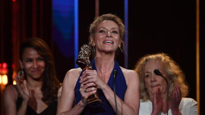 <b></b>Elsa Lepoivre a reçu le Molière de la meilleure comédienne dans un spectacle de Théâtre public pour son rôle de Baronne Sophie von Essenbeck dans « <i>Les Damnés»</i>, sacré meilleur spectacle de Théâtre public. <b/>