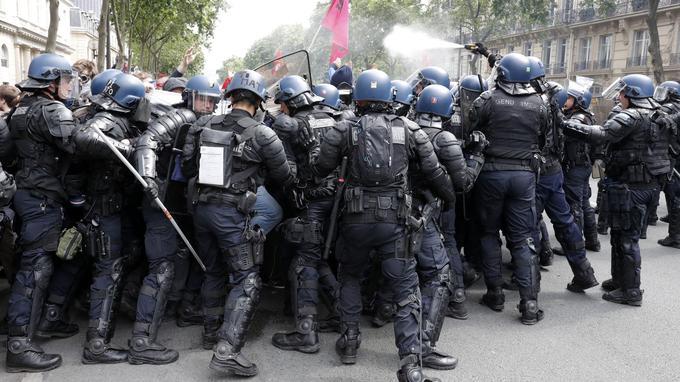 Des gendarmes se massent auprès de manifestants contre la loi Travail, le 14 juin 2016 à Paris. L'ONG Amnesty International insiste, dans son rapport, sur les conséquences néfastes que peuvent avoir certaines stratégies de maintien de l'ordre, en particulier la pratique des <i>nasses</i>.