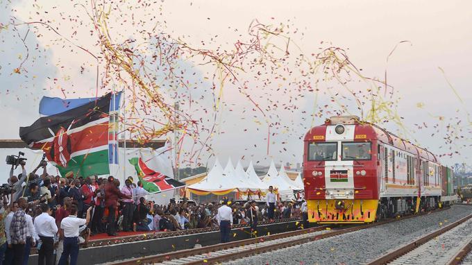 Le train quitte le terminal de Mombassa pour Nairobi, le 30 mai 2017. La foule est venue acclamer cette inauguration.