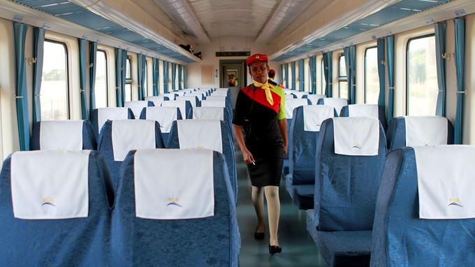 Une hôtesse inspecte les sièges du nouveau train, censé être plus confortable.